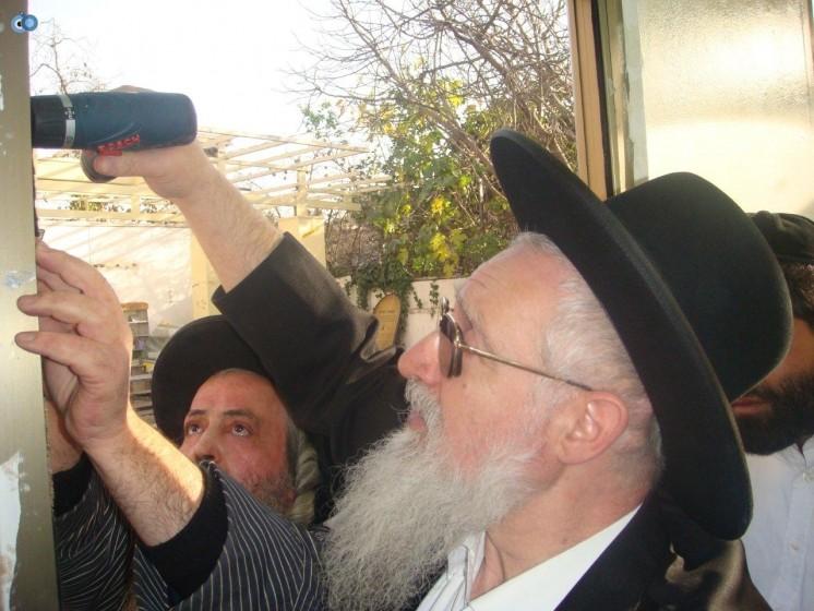 הרב יעקב יוסף בקביעת מזוזה בקבר שמעון הצדיק - 2