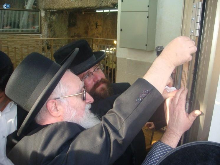 הרב יעקב יוסף בקביעת מזוזה בקבר שמעון הצדיק
