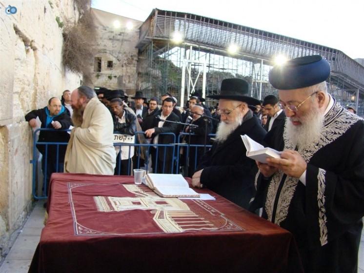 הרב יעקב יוסף השתתף בעצרת לרפואתו שנערכה בכותל המערבי 2