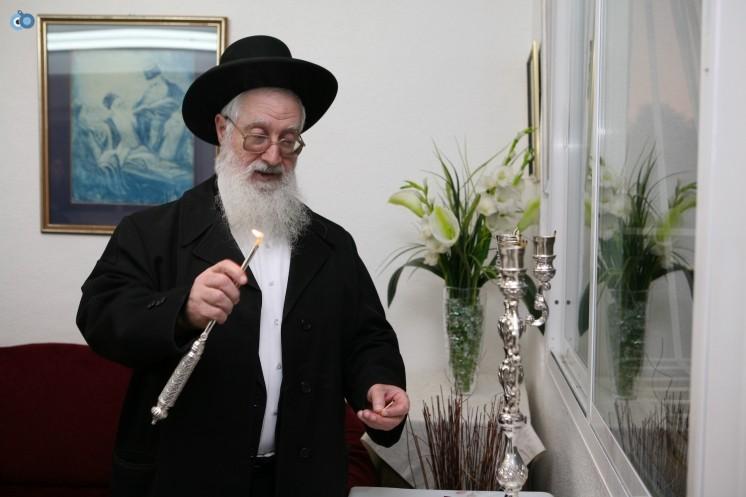 ר' יעקב יוסף בהדלקת נרות חנוכה -2