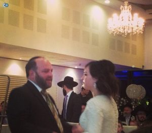 """הפסדתי תכנית בגלי צה""""ל בגלל החתונה, תכבדי. אריאלי ובתו בחתונה. צילום: פייסבוק"""