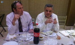 """?למה התיישבתי פה? אתה לא רואה בקבוק עם 'יואב'""""?. יואב דיליאון ואייזנטל בחתונה. צילום: דוד קליגר"""