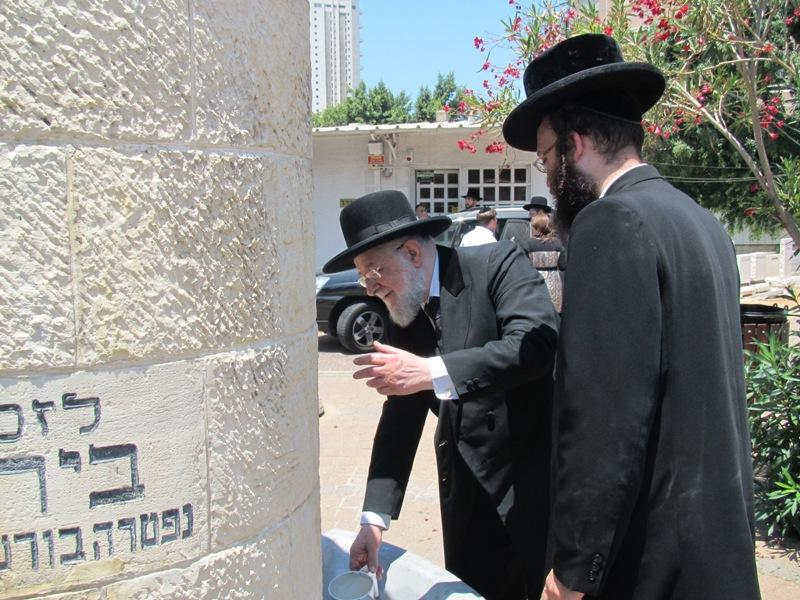 הרב לאו בקבר שטפנשט (1)