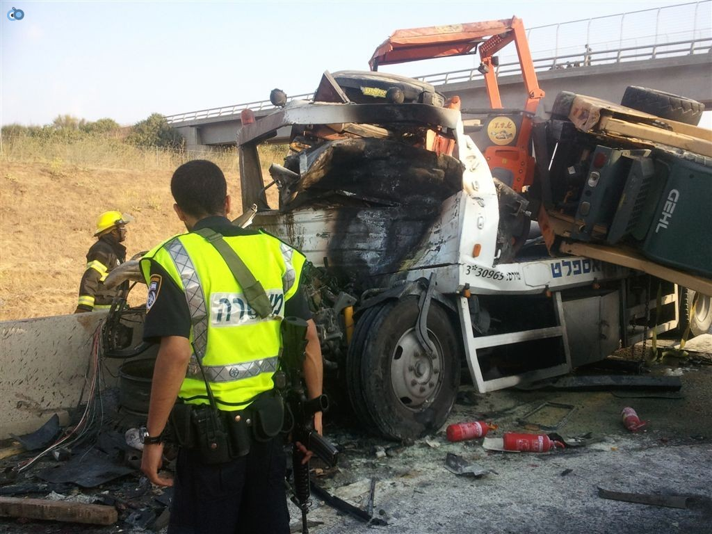 תאונה בין משאיות בכביש 6 (9)