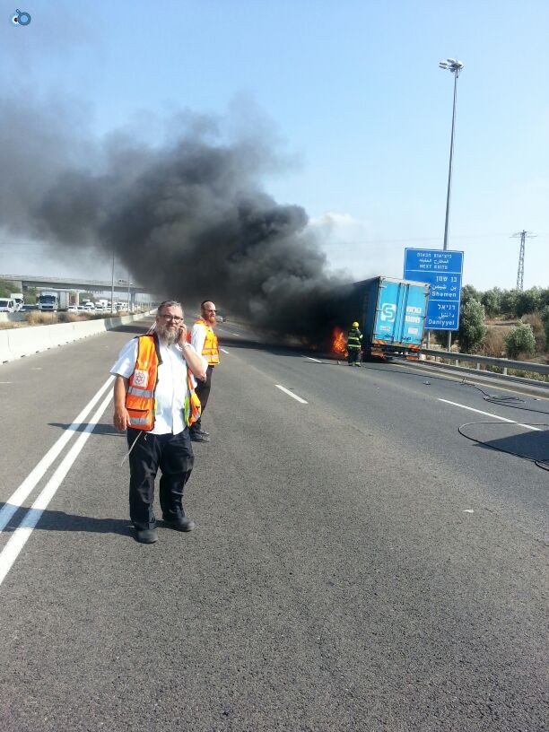 תאונת רכב ומשאית שעלו באש (14)