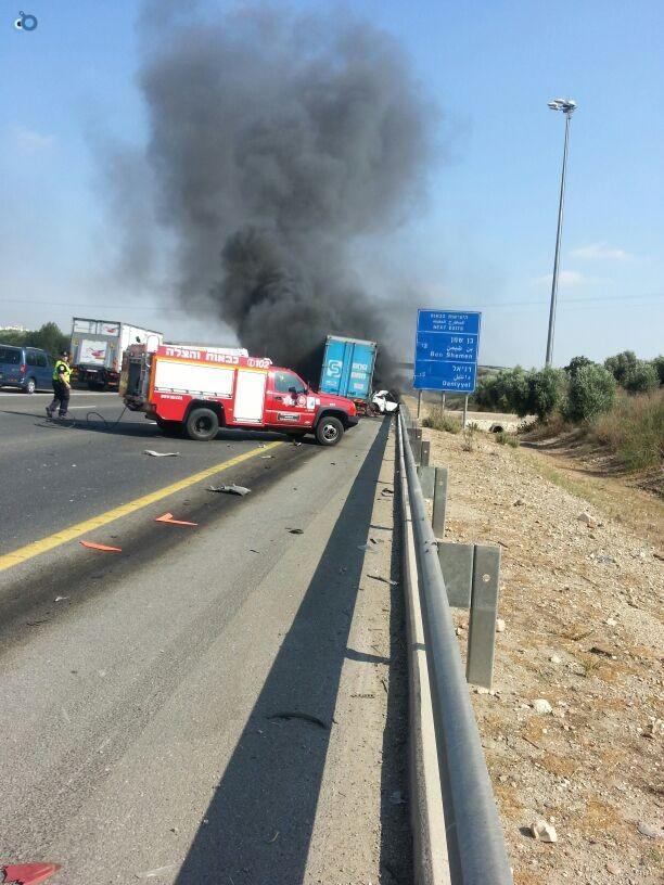 תאונת רכב ומשאית שעלו באש (3)