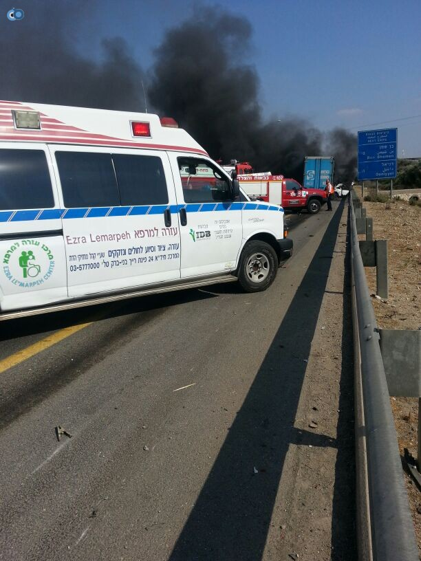 תאונת רכב ומשאית שעלו באש (9)