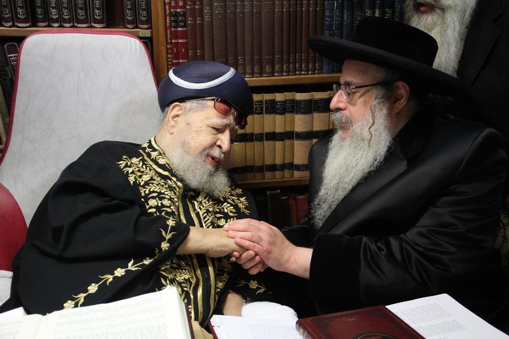 האדמו''ר מצאנז קלויזנבורג עם מרן הגר''ע רבי עובדיה יוסף (1)