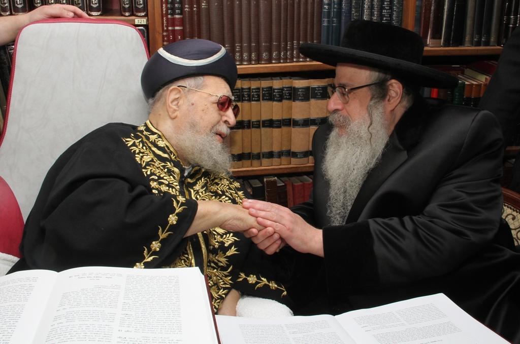 האדמו''ר מצאנז קלויזנבורג עם מרן הגר''ע רבי עובדיה יוסף (2)