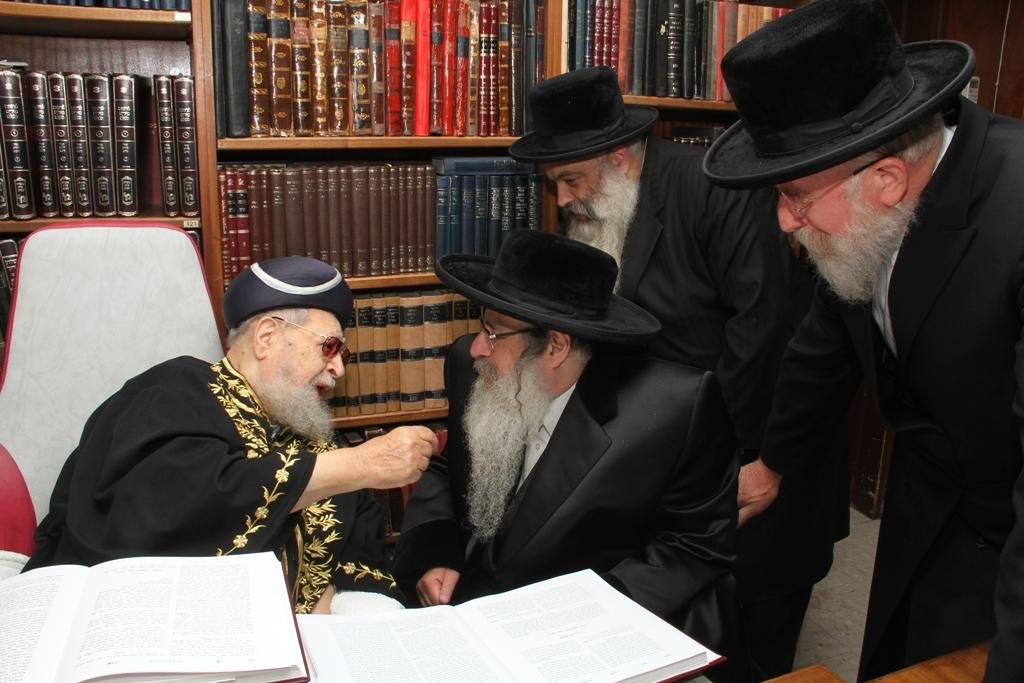 האדמו''ר מצאנז קלויזנבורג עם מרן הגר''ע רבי עובדיה יוסף (3)