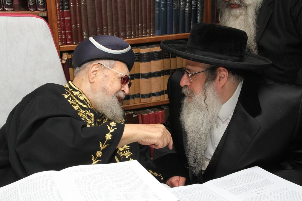 האדמו''ר מצאנז קלויזנבורג עם מרן הגר''ע רבי עובדיה יוסף (4)