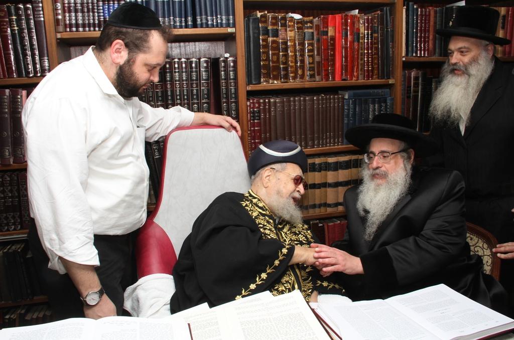 האדמו''ר מצאנז קלויזנבורג עם מרן הגר''ע רבי עובדיה יוסף (5)