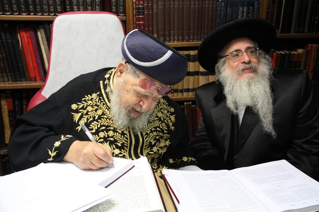 האדמו''ר מצאנז קלויזנבורג עם מרן הגר''ע רבי עובדיה יוסף (6)