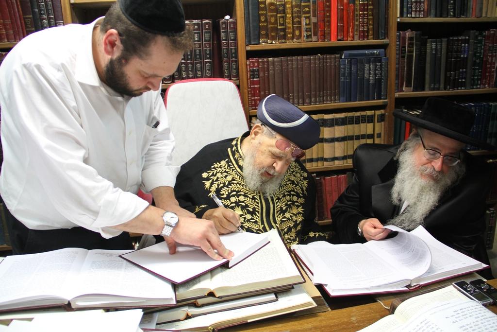 האדמו''ר מצאנז קלויזנבורג עם מרן הגר''ע רבי עובדיה יוסף (7)