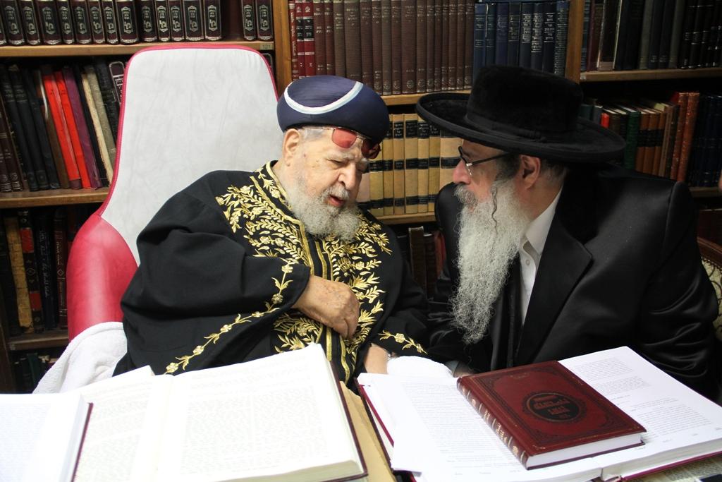 האדמו''ר מצאנז קלויזנבורג עם מרן הגר''ע רבי עובדיה יוסף (8)