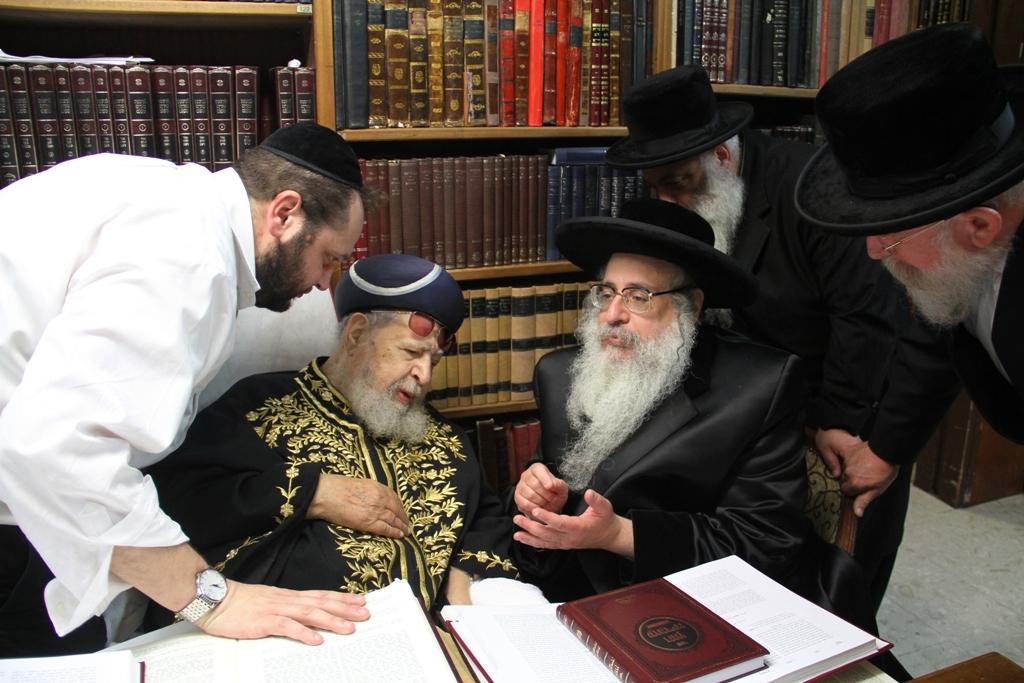 האדמו''ר מצאנז קלויזנבורג עם מרן הגר''ע רבי עובדיה יוסף (9)