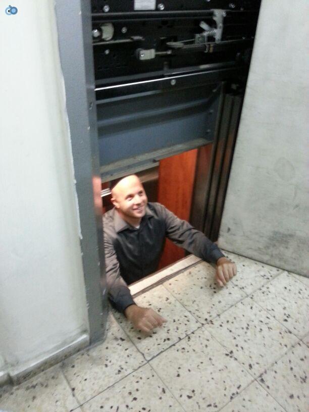 מנחם טוקר נתקע במעלית (1)