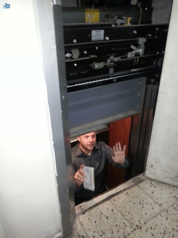 מנחם טוקר נתקע במעלית (3)