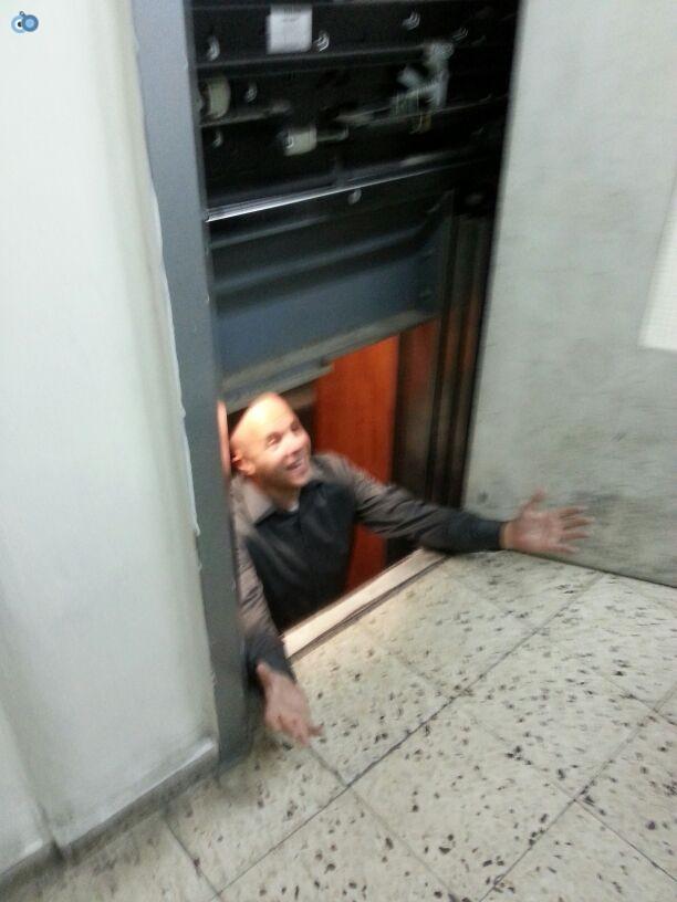 מנחם טוקר נתקע במעלית (4)