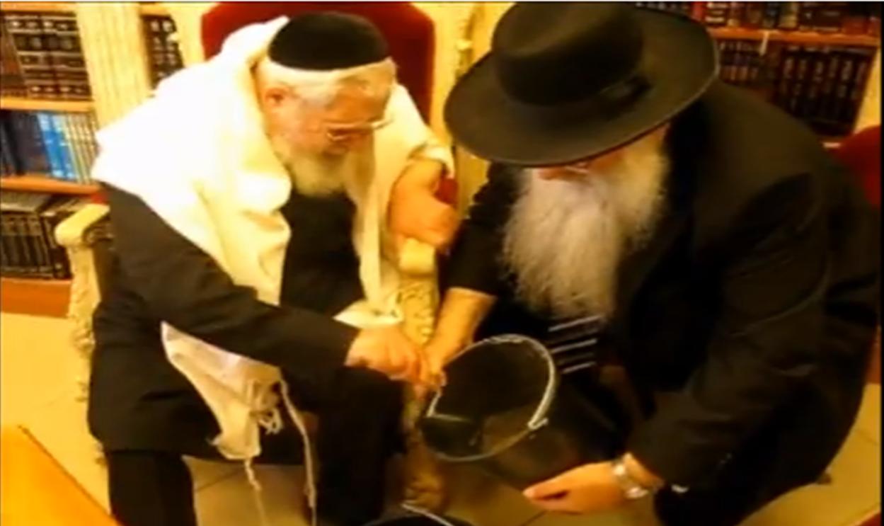 מרן הרב עובדיה יוסף יוצק את היסוד הראשון