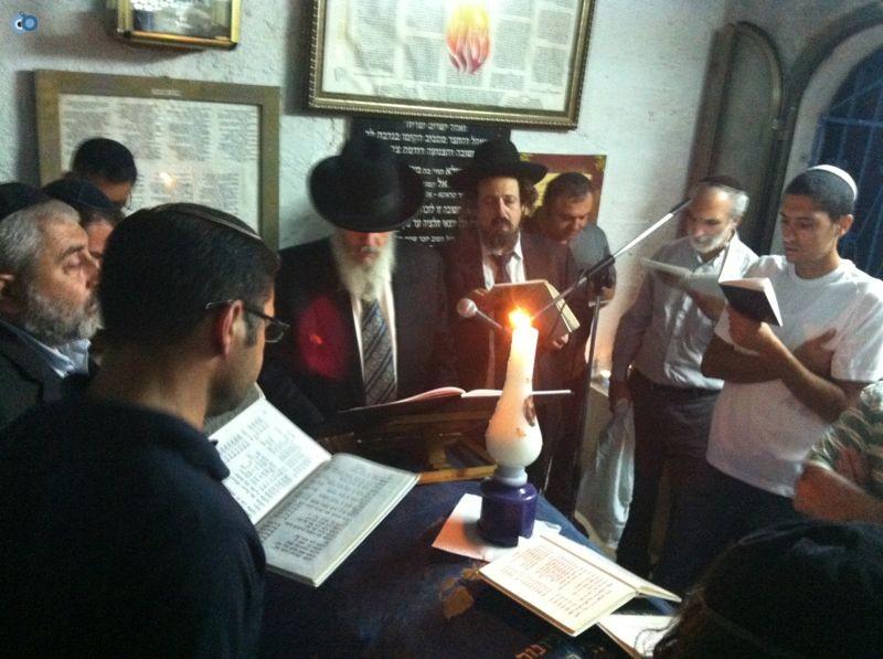 רבי רפאל אדרי על קבר חבקוק הנביא בסליחות (1)