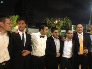 קובי סלע לא בולט, עם עניבה לא בולטת. תורג'מן בחתונה עם החברים. צילום: פייסבוק