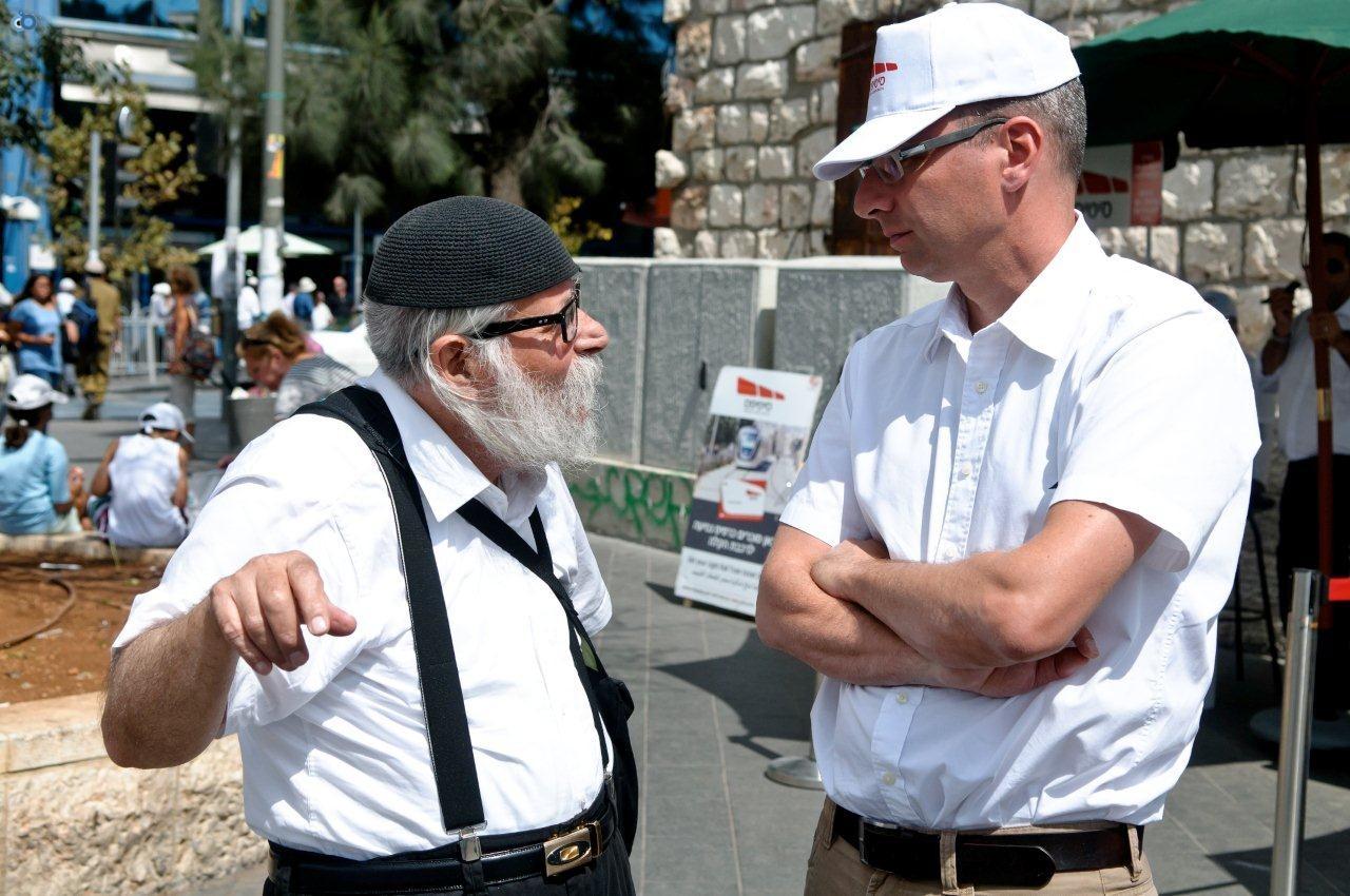 מנכל סיטיפס ירון רביד בשיחה עם אחד הנוסעים