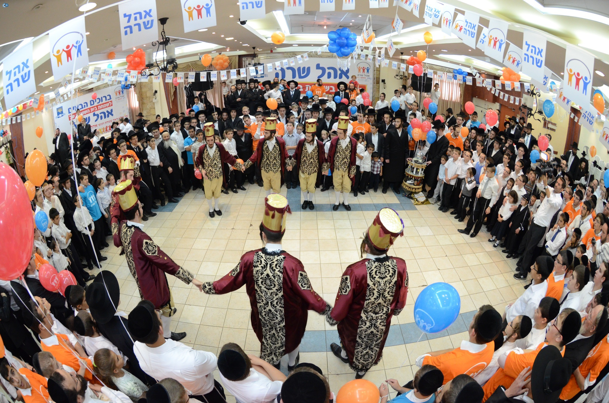 שמחת בית השואבה אהל שרה צילם משה גולדשטיין עם אישי ציבור וזמרים (1)