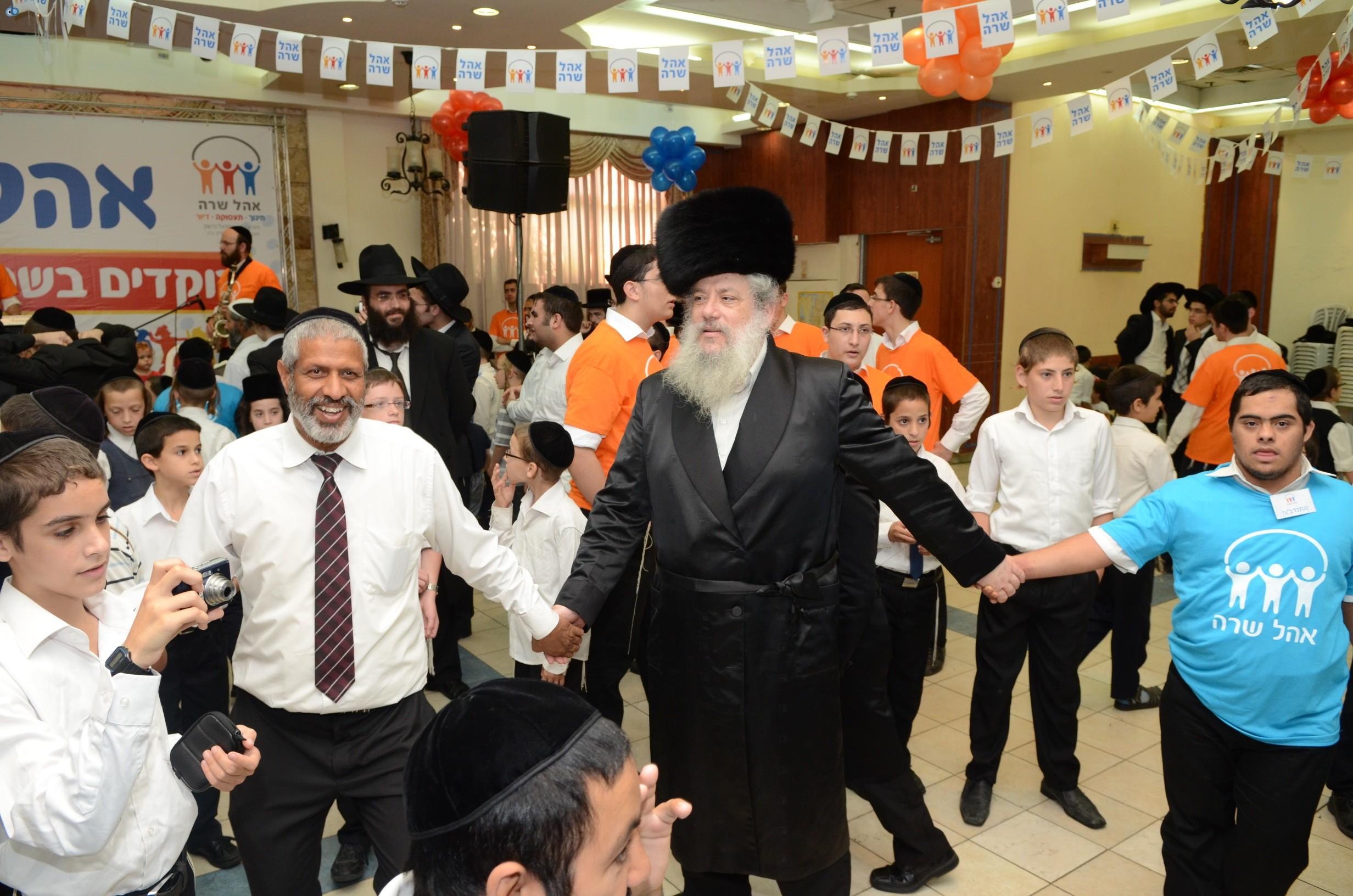 שמחת בית השואבה אהל שרה צילם משה גולדשטיין עם אישי ציבור וזמרים (19)