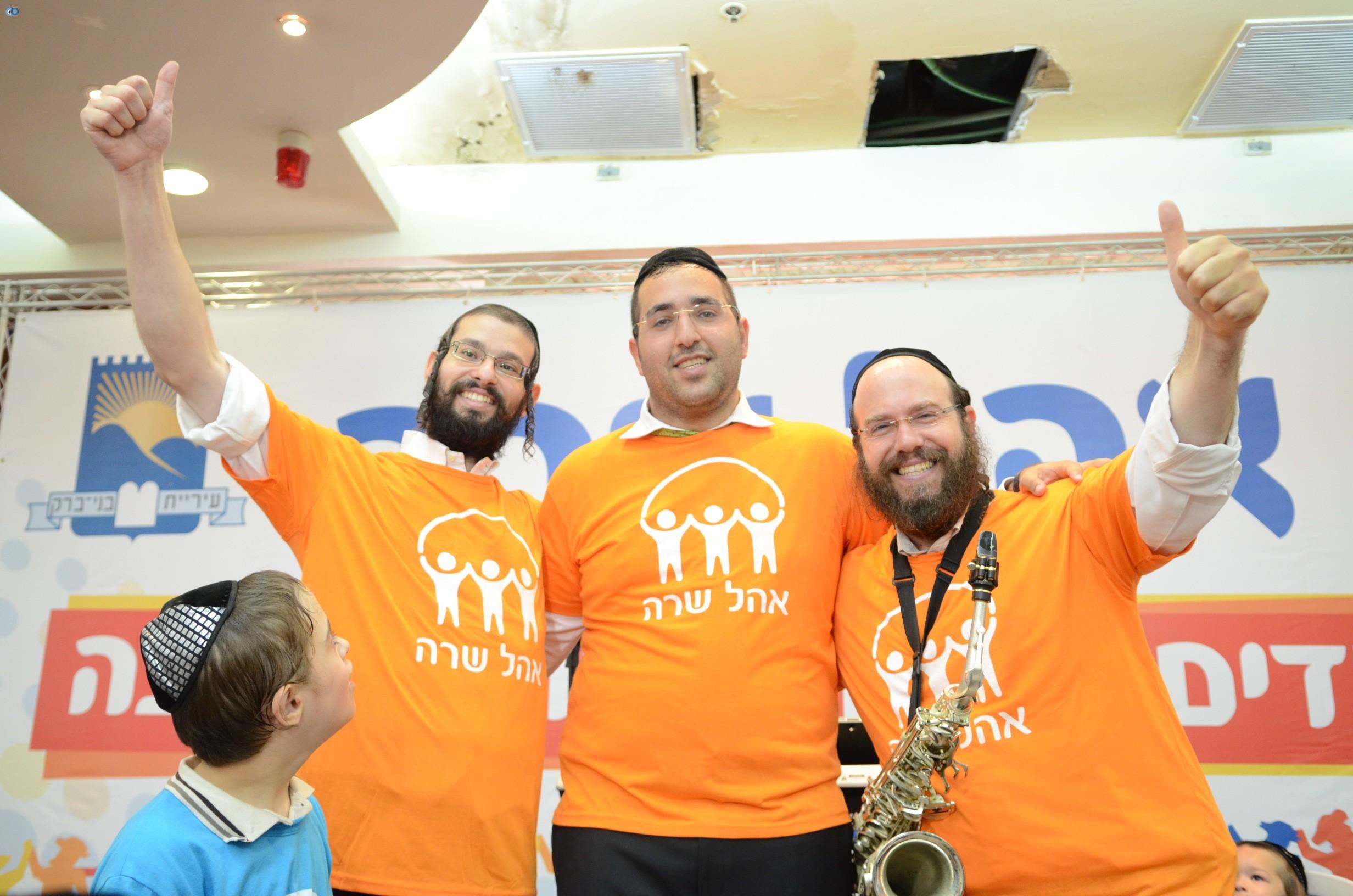 שמחת בית השואבה אהל שרה צילם משה גולדשטיין עם אישי ציבור וזמרים (26)