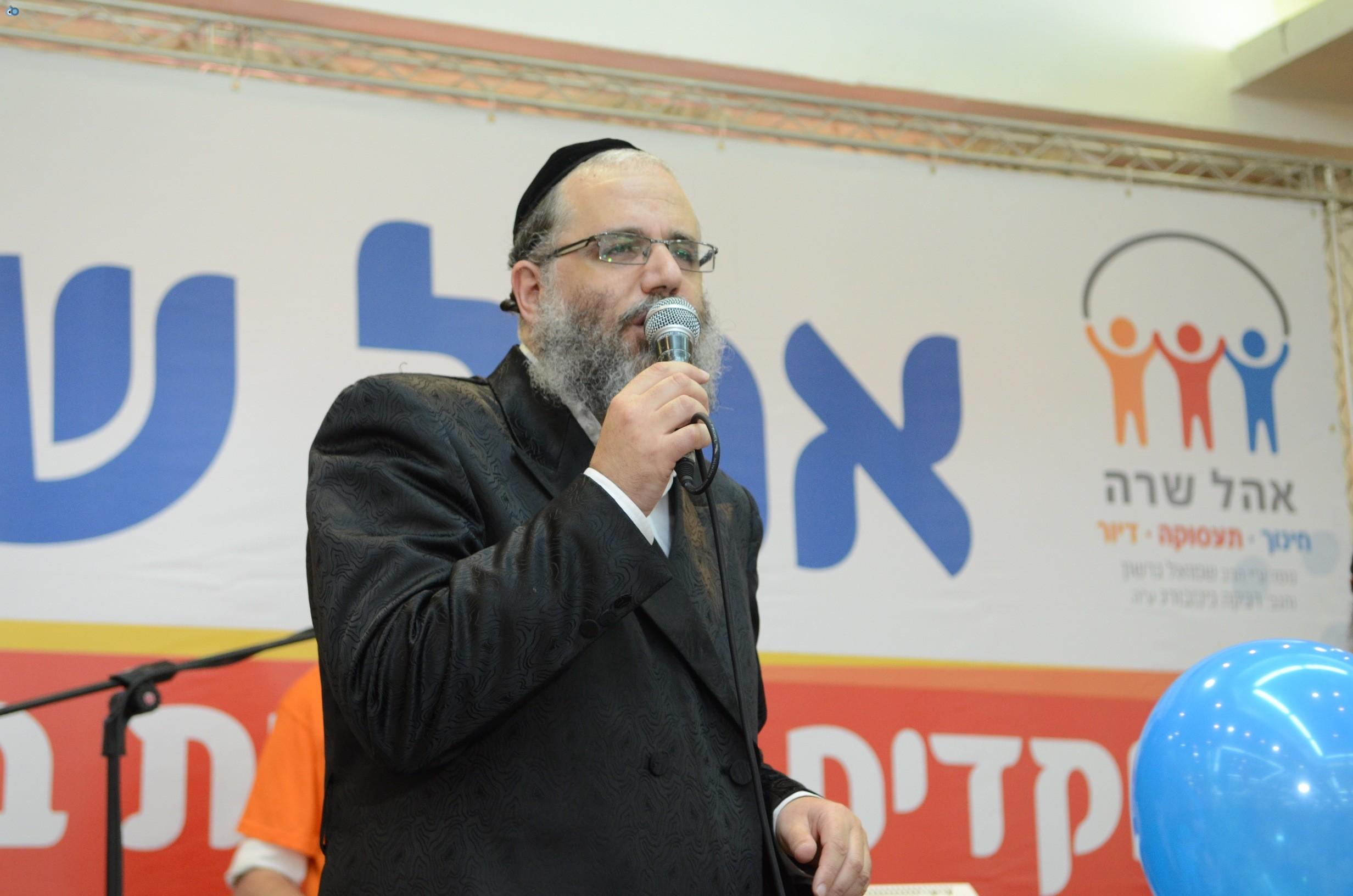 שמחת בית השואבה אהל שרה צילם משה גולדשטיין עם אישי ציבור וזמרים (27)