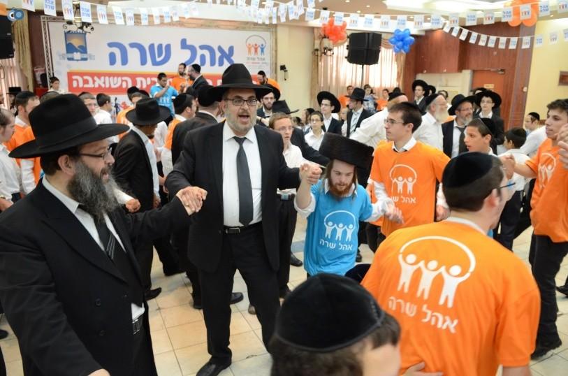 resized_שמחת בית השואבה אהל שרה צילם משה גולדשטיין עם אישי ציבור וזמרים (14)