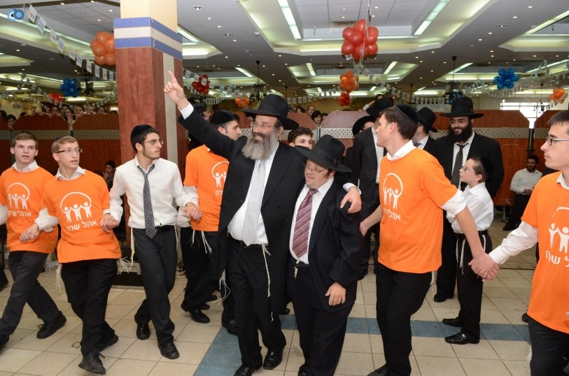 resized_שמחת בית השואבה אהל שרה צילם משה גולדשטיין עם אישי ציבור וזמרים (23)
