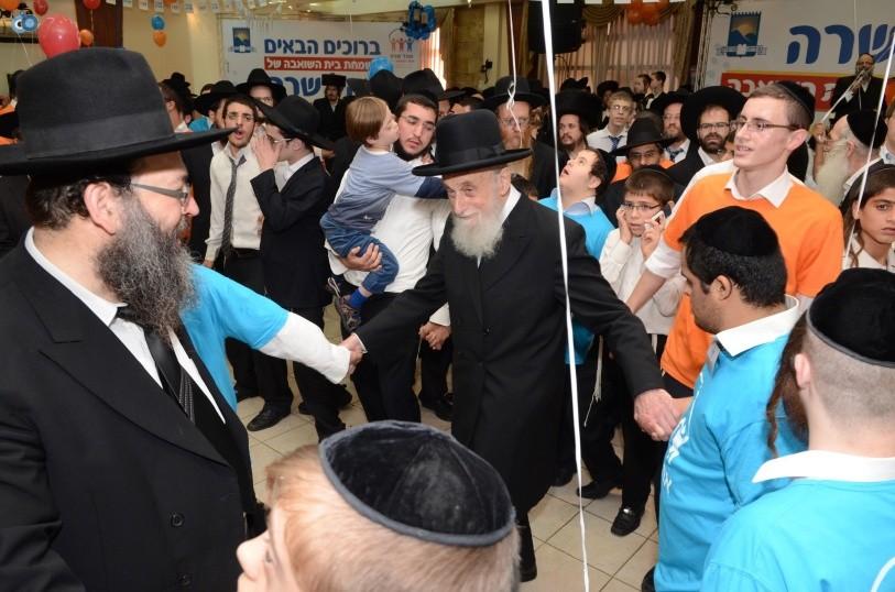 resized_שמחת בית השואבה אהל שרה צילם משה גולדשטיין עם אישי ציבור וזמרים (28)