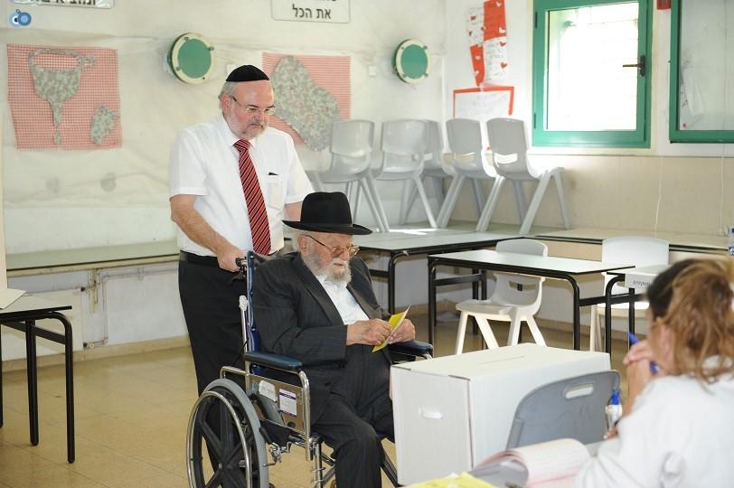 חנוך ורדיגר מצביע יחד עם אביו שיחי (1)