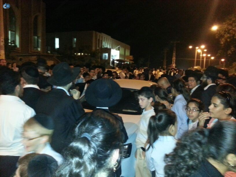 נתיבות המונים צבאו על רכב הגר''ח צילום יעקב כהן  (1)