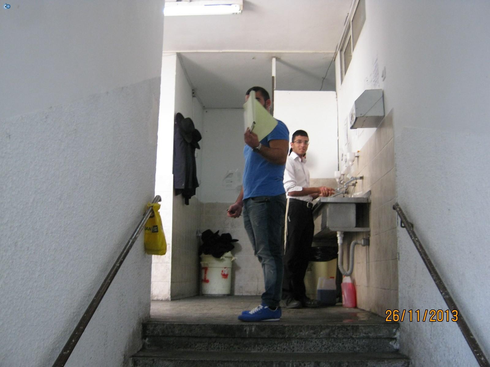 אחד מהפקחים שומר בכניסה לישיבה (2)