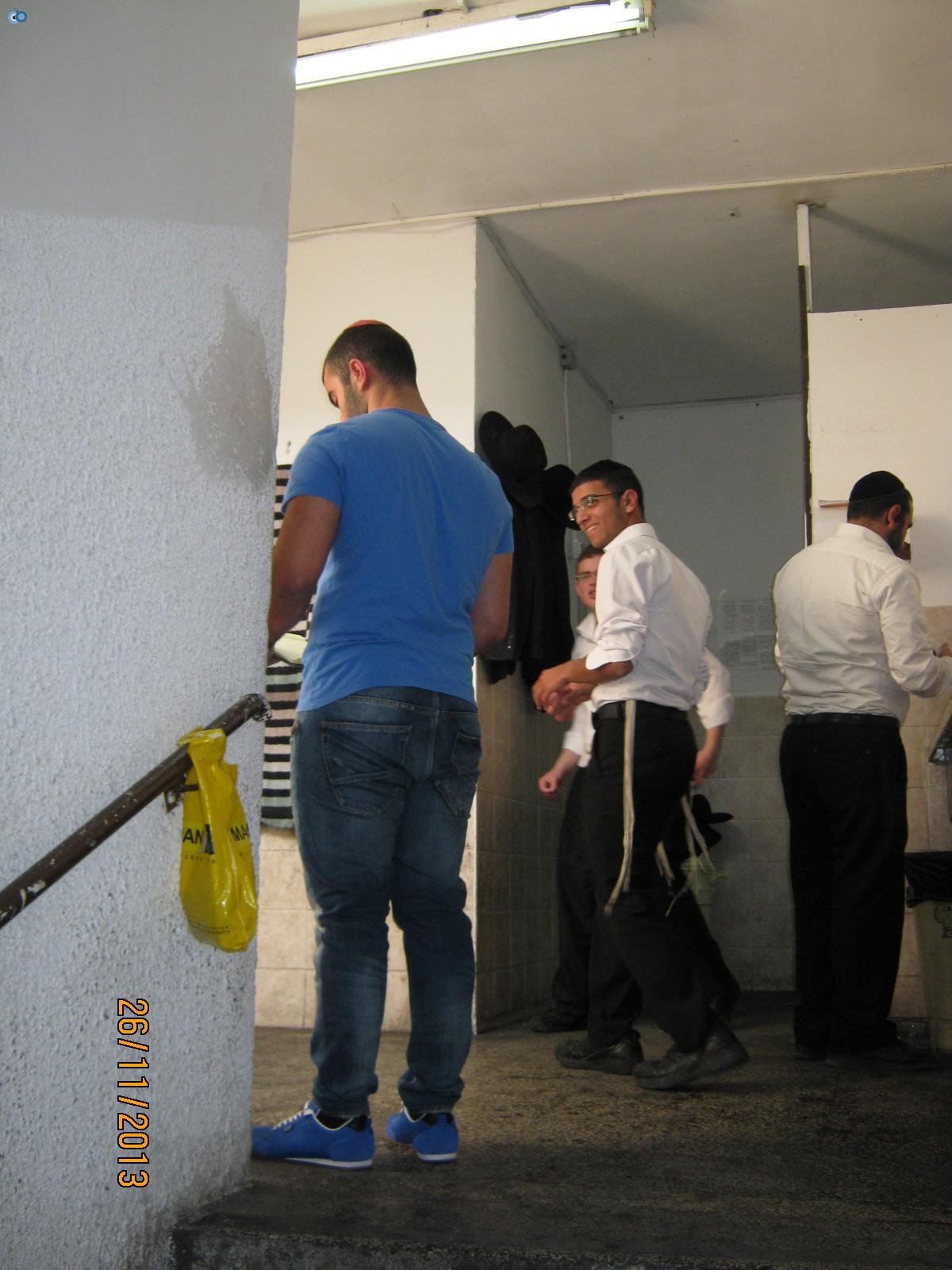 אחד מהפקחים שומר בכניסה לישיבה (3)