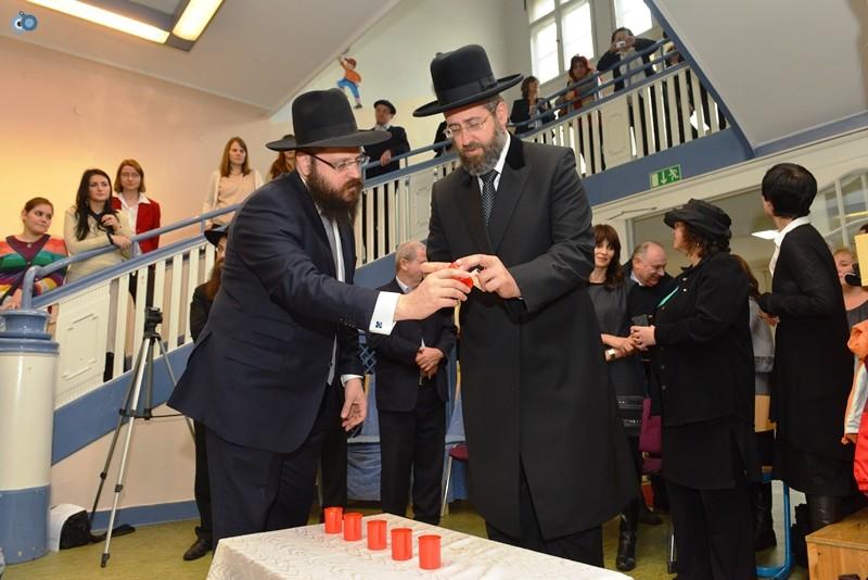 הרב הראשי יחד עם רב הקהילה בברלין מדליק את אחד מששת הנרות לזכר נספי השואה