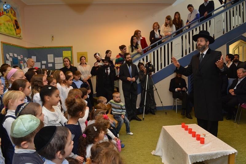 הרב הראשי נושא דברים בפני התלמידים