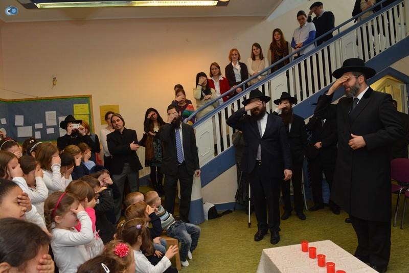 הרב הראשי נושא יחד עם הנוכחים את תפילת שמע ישראל