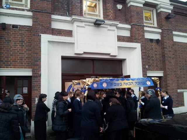 ביקור   רבנית  מבעלזא  לונדון סמינר  צילם  שוקי  ברנשטיין (18)