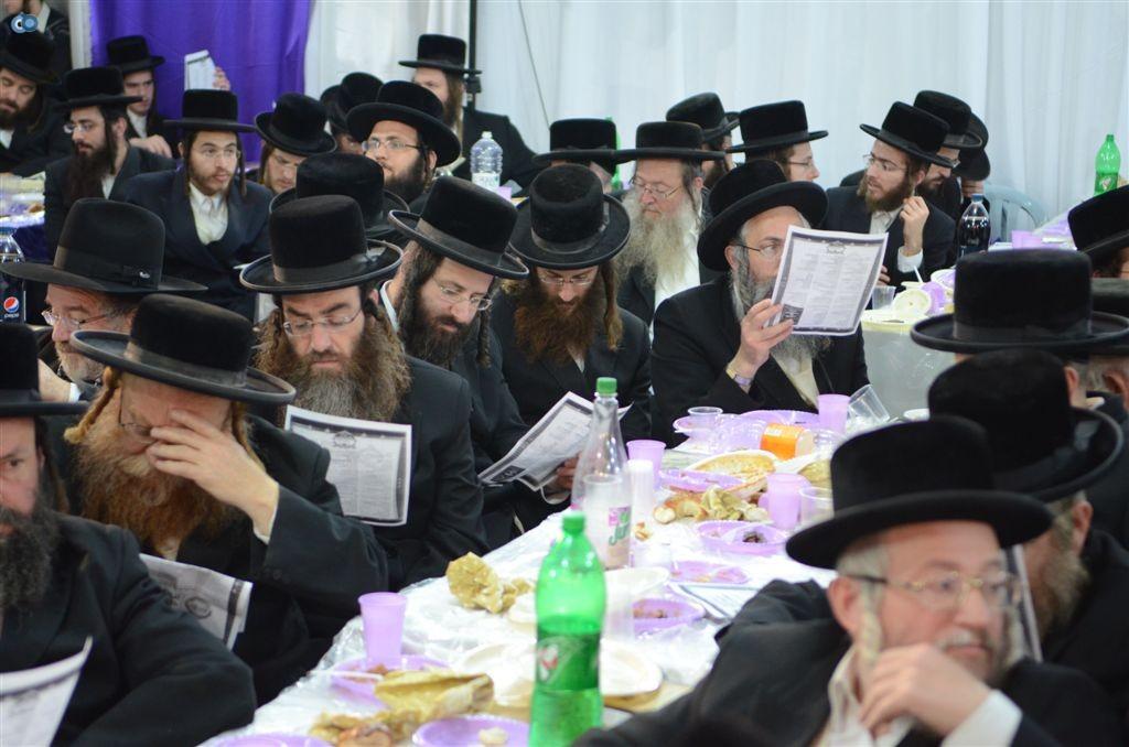 בעת שירת המחרוזת המרגשת על קהילת צאנז בירושלים