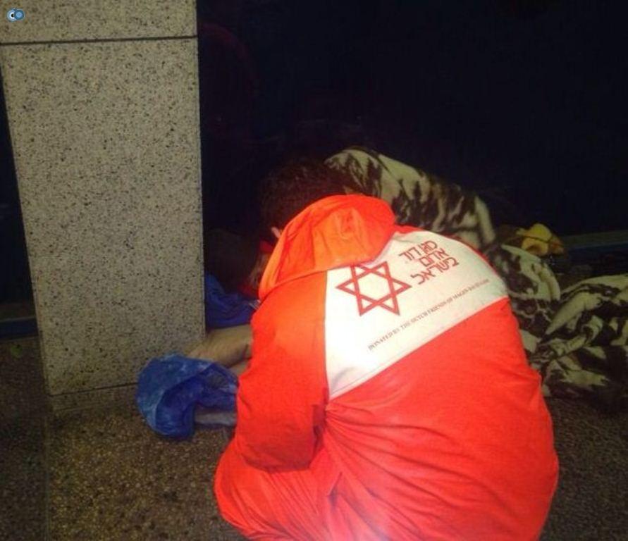 חלוקת שמיכות להומלסים בתל אביב - צילום דוברות מדא