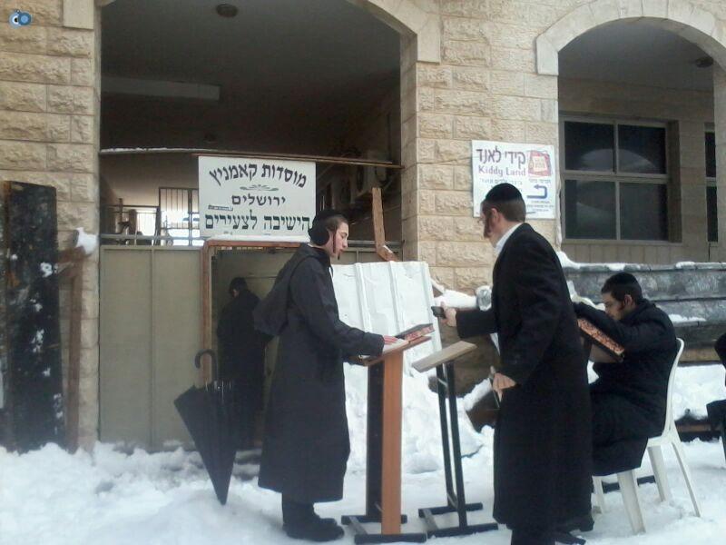 ישיבת קמניץ לומדים בשלג- שמואל בן ישי- חדשות 24 (1)