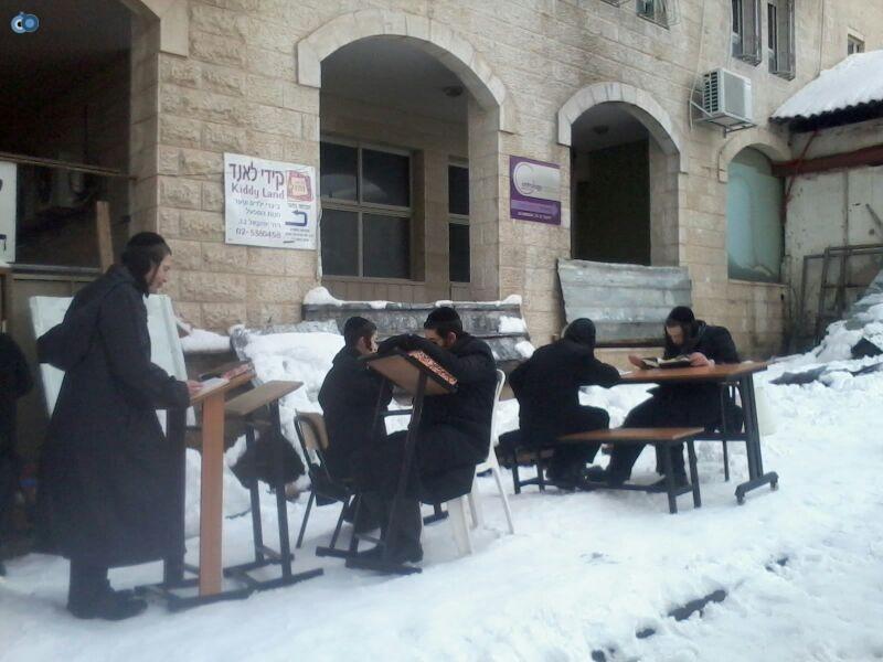 ישיבת קמניץ לומדים בשלג- שמואל בן ישי- חדשות 24 (2)