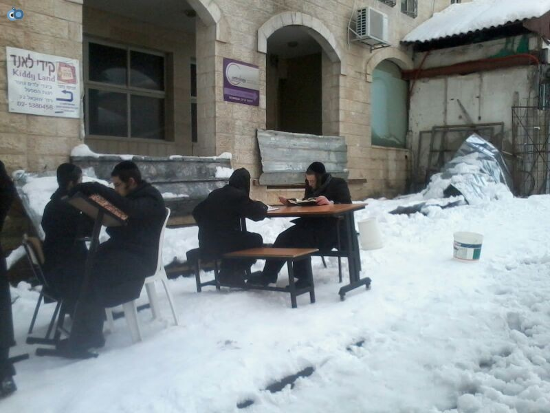 ישיבת קמניץ לומדים בשלג- שמואל בן ישי- חדשות 24 (3)