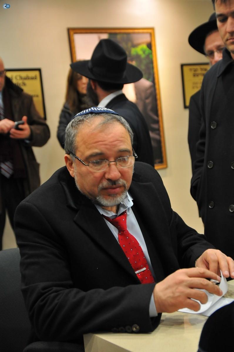 ליברמן בקברו של הרב'ה מחבד (51)