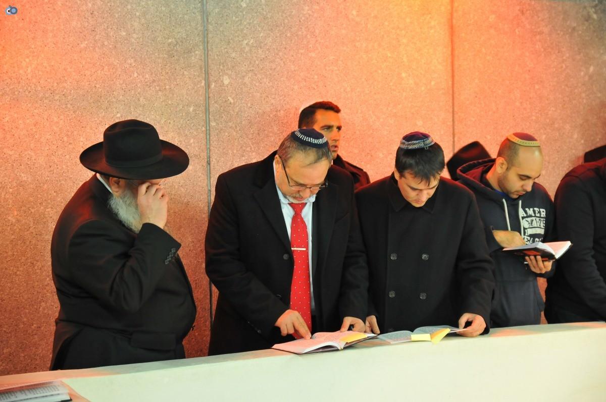 ליברמן בקברו של הרב'ה מחבד (58)