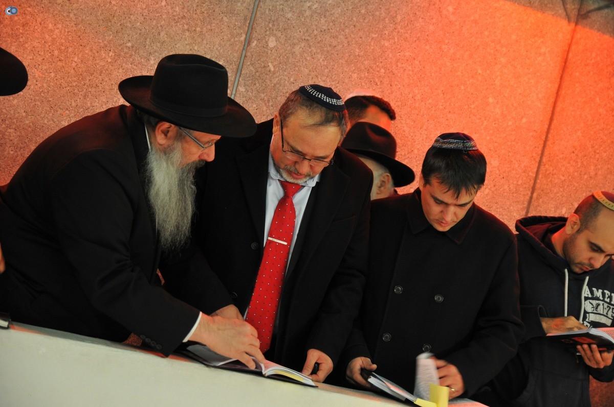 ליברמן בקברו של הרב'ה מחבד (61)
